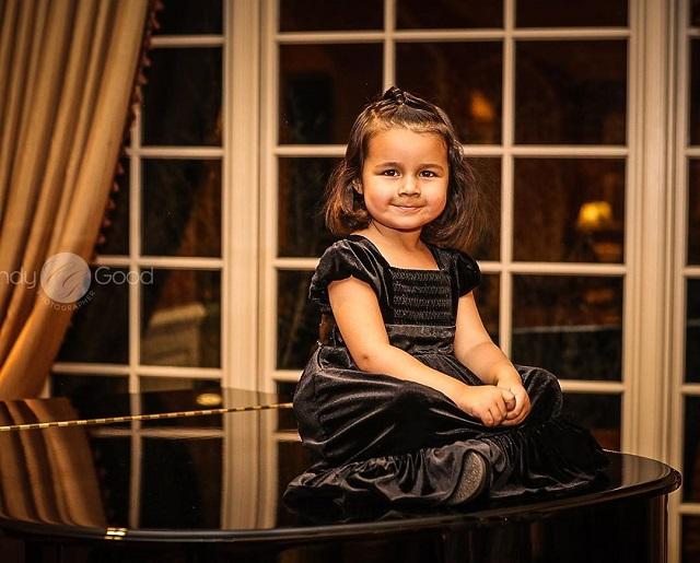 niños aprenden a tocar el piano